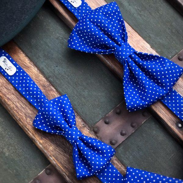 Detský motýlik s bielymi bodkami na kráľovskej modrej