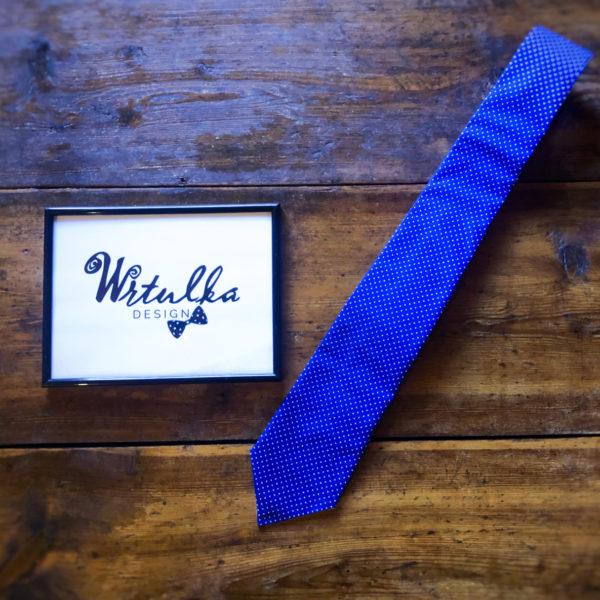 Kravata s bielými bodkami na kráľovskej modrej