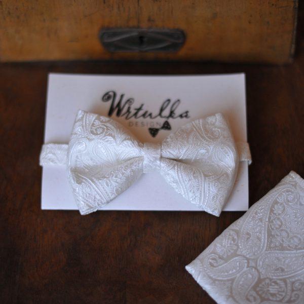 Luxusný hodvábny pánsky svadobný motýlik biely s paisley vzorom